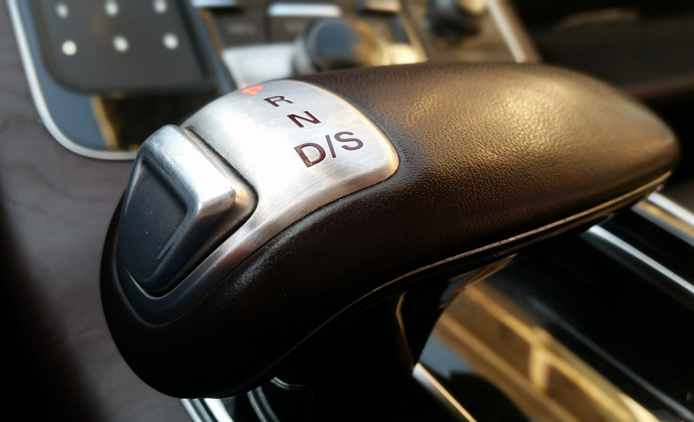 Picture of an automatic stick shift to show if manual or automatic is safer.