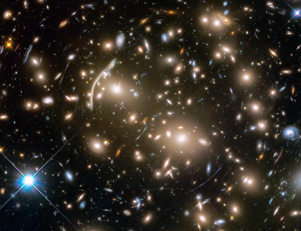 Gravitational lensing in Abell 370 galaxy cluster